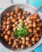 izraeli-konyha1-hummusz-csicseri-bolrso-humusz