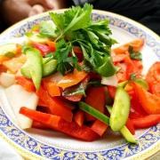 izraeli-konyha3-zold-salata-tanyer