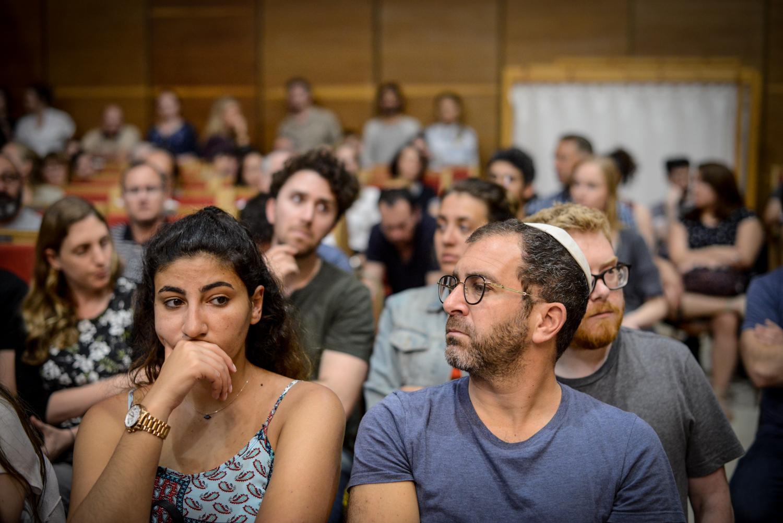 Résztvevők az Adopt a Saphta alapítvány Holokauszt napi megelmékezésén az Ichud Olam zsinagógájában.