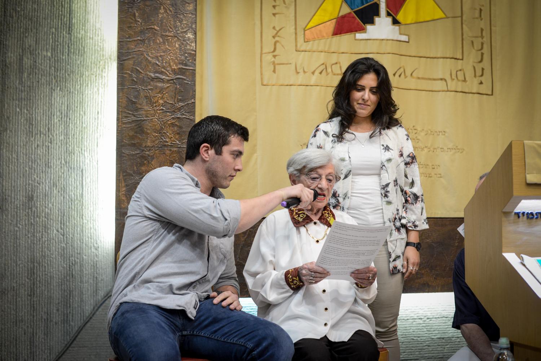 Luba és fogadott unokái az Adopt a Saphta alapítvány Holokauszt napi megelmékezésén az Ichud Olam zsinagógájában.