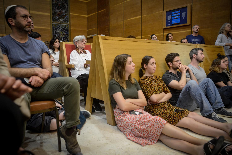 Luba Grungras Holokauszt túlélő ül a résztvevők között az Adopt a saphata alapítvány Holokauszt napi megelmékezésén az Ichud Olam zsinagógájában.
