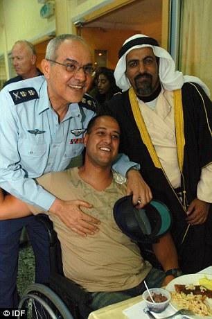 A korábbi katonai főparancsnok, Dán Cháluc támogató látogatása gyászoló beduin családoknál