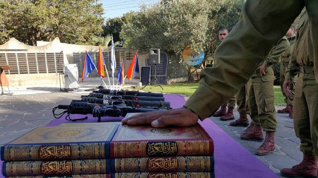 Beduin katona kezét a Koránra téve esküszik fel