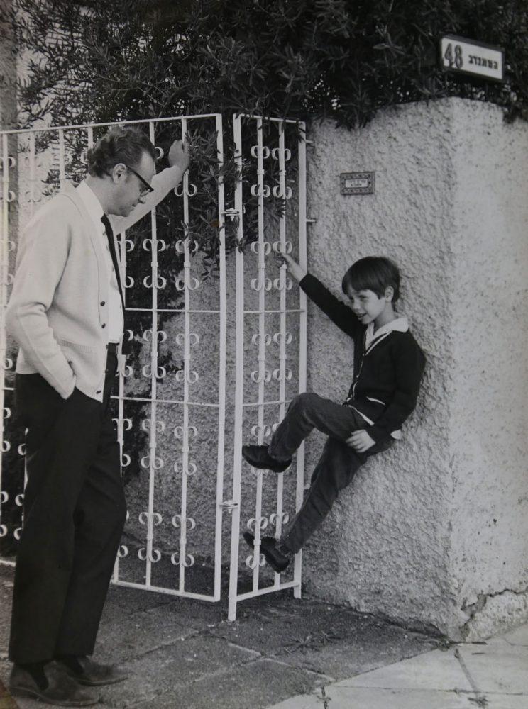Efrájim Kishon és fia, Amir Tel Aviv-i házuk bejáratánál