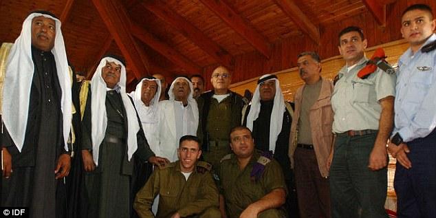 Magas rangú izraeli katonák látogatása egy beduin sejknél