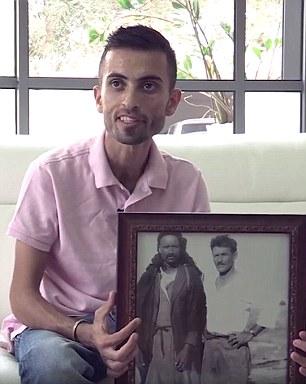 Nagyapja képével