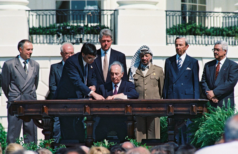 Az osloi egyezmény aláírása Rabinnal, Arafattal és Clintonnal fotó: OHAYON AVI Copyright © 2016 אוסף התצלומים הלאומי תנאים והגבלות