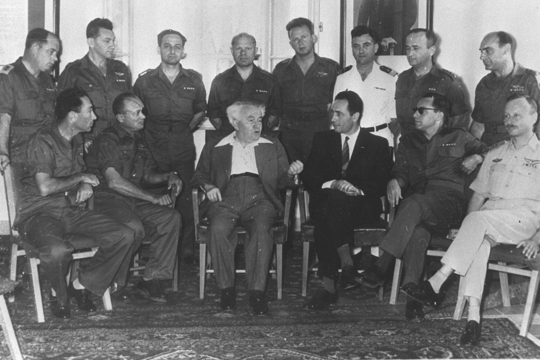 Peresz védelmi miniszterhelyettes David Ben Gurion oldalán
