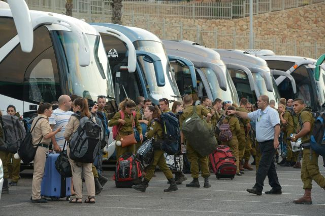 Katonák szállítása busszal