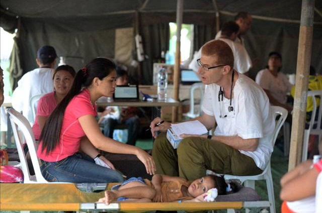 Az izraeli hadsereg gyermekgyógyászati szakorvosa, Dr. Albukirk ezredes beteget kezel egy izraeli tábori kórházba a Fülöp-szigeteken- fotó: Izraeli Védelmi Erők szóvivője