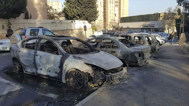 Leégett autók Haifán - fotó: Muhammad Shinawi