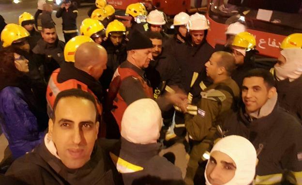 Palesztin és izraeli tűzoltók dolgoznak együtt a tűz megfékezésén.