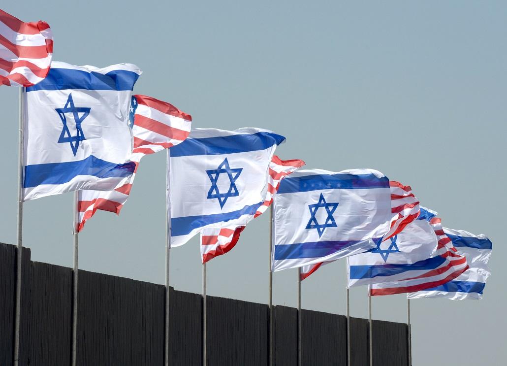 """""""Törhetetlen barátság"""" - izraeli és amerikai zászlók díszítik a Ben Gurion repülőteret Obama látogatására várva - fotó: Moshe Millner / GPO"""