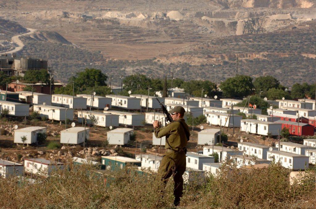 Ariel mellett egy őrködő katona, 2005 - fotó: Milner Moshe / GPO
