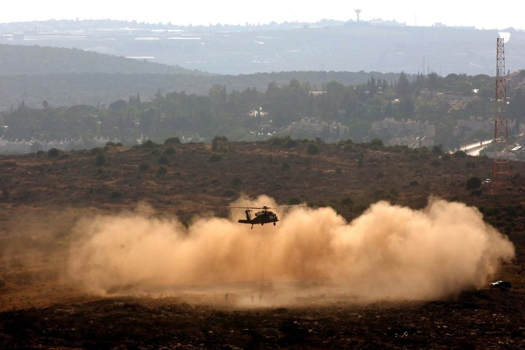 Arielhez közel landol egy katonai helikopter, 2005 - fotó: Milner Moshe / GPO