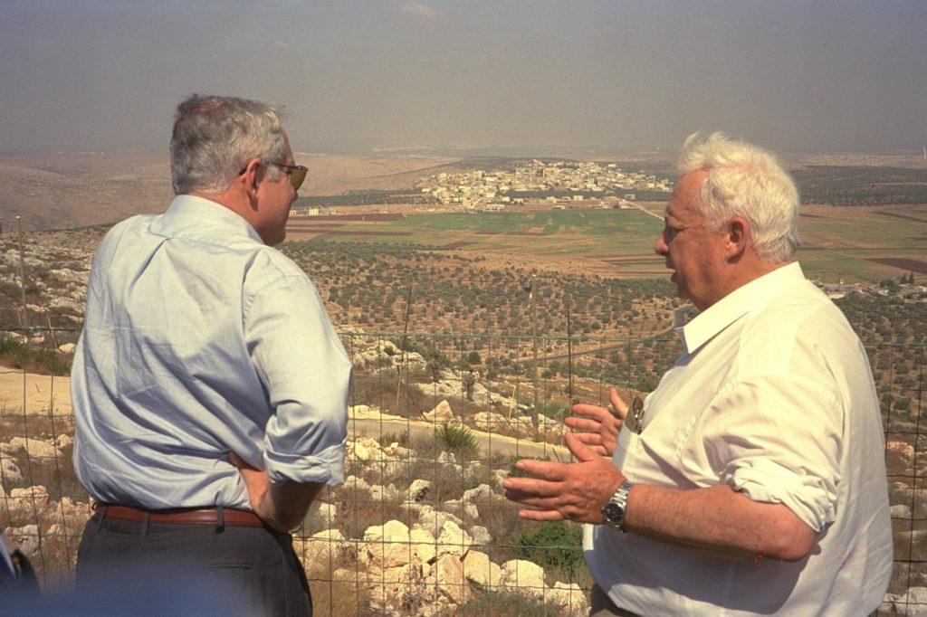 Benjamin Netanjahu miniszterelnök és Ariel Saron infrastrukturáli miniszter egy ciszjordániai látogatás során, 1997 - fotó: Shaya Segal / GPO