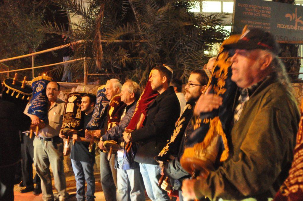 Az utcán várják a régi Tóratekercset új társukat