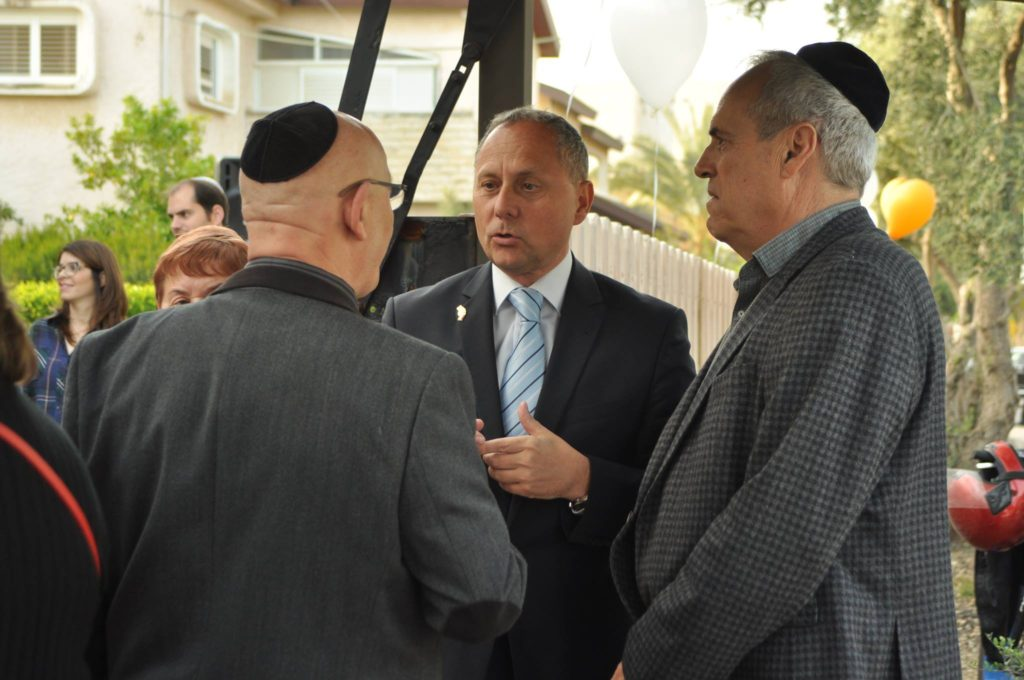 Nagy Andor nagykövet és Roni Lusztig, a cfáti múzeum igazgatója a kárpátaljai Jichák Kleinnel beszél