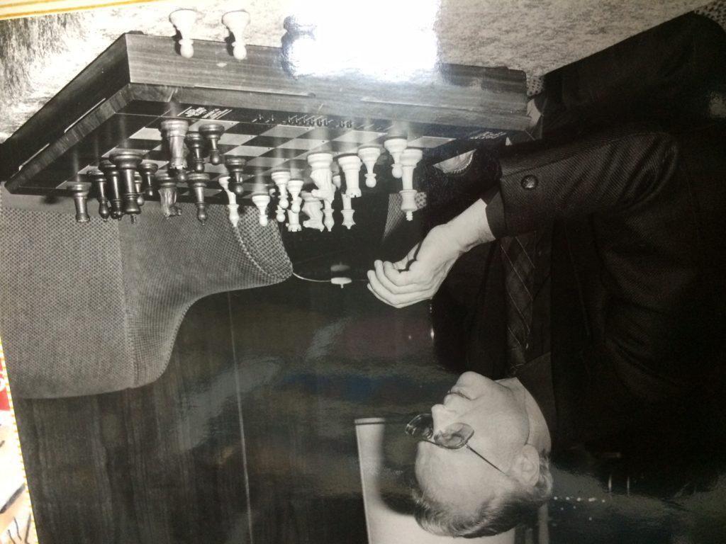 Efrájim Kishon sakkozik - fotó: családi tulajdon