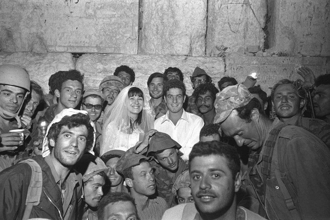 Esküvő a Siratófalnál a hatnapos háború végén - fotó: Tzukerman Aharon / GPO
