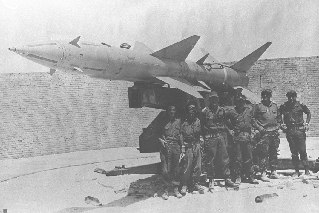 Katonák egy rakéta mellett a hatnapos háborúban - fotó: GPO