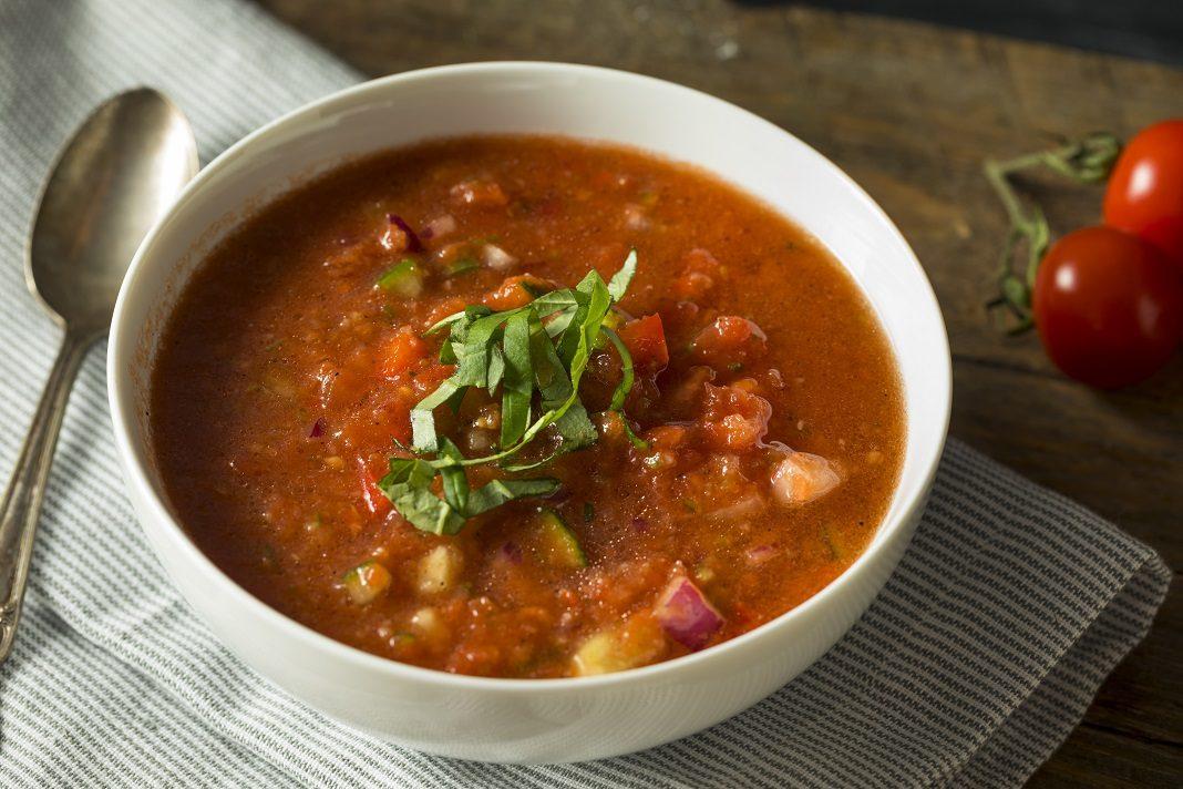 Hideg, frissítő gazpacho leves uborkával - fotó: Brent Hofacker / Shutterstock