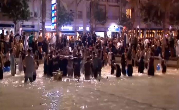 Tel-Avivban éjszaka a Rabin tér hatalmas szökőkútjában táncoltak. - fotó: képernyőkép