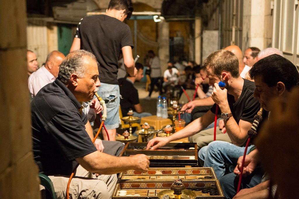 Vízipipázók egy ramadáni estén Jeruzsálem óvárosában, a muzulmán negyedben - fotó: Gabi Berger