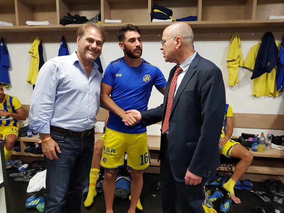 Az izraeli csapat góllövőjének, Eliran Atarnak Yossi Amrani nagykövet is gratulált