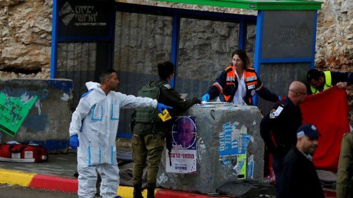 terror ciszjordaniai buszmegallo izraeli katonak mentok