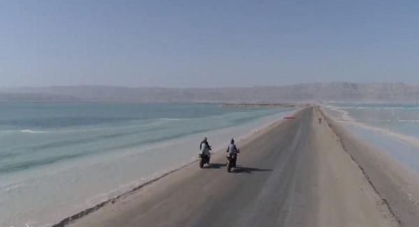 motorral a holt-tengeren