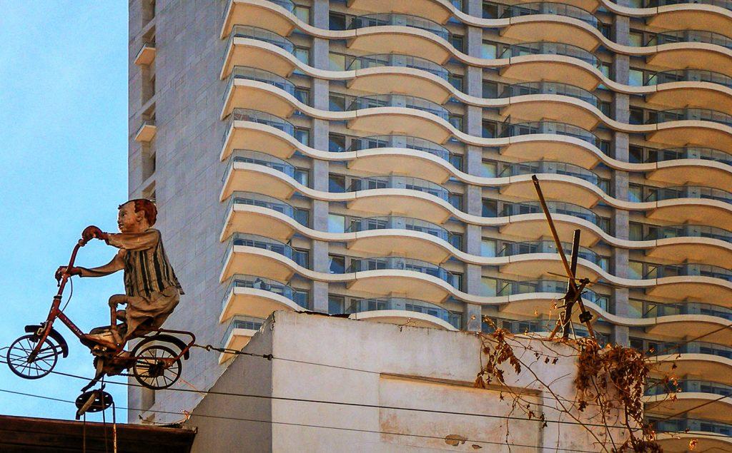 Kifele a hullamokbol szobor epulet szabo zoltan