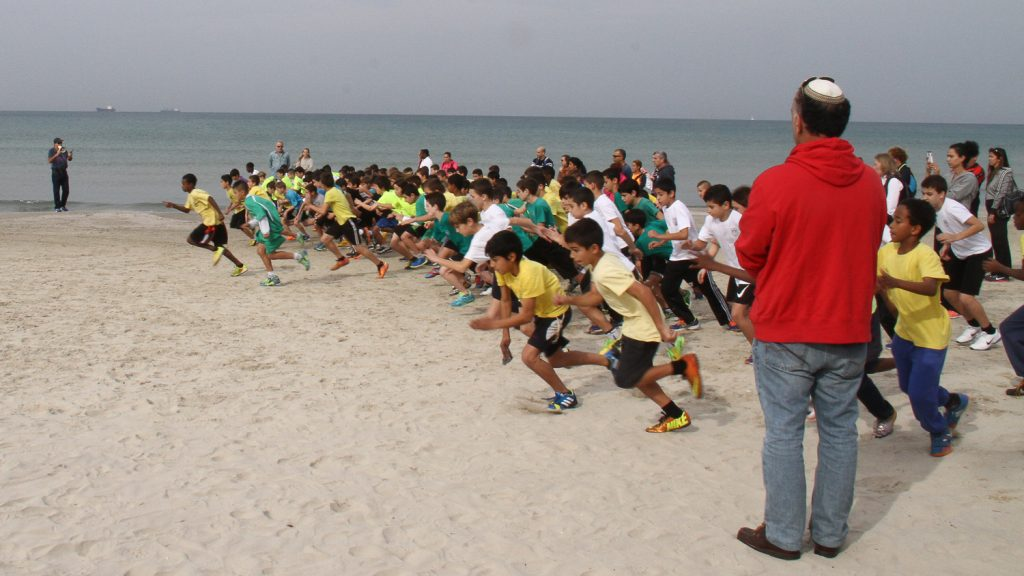 iskolasok futoversenyenek rajtja a haifai obolben tengerpart kodrucz sandor