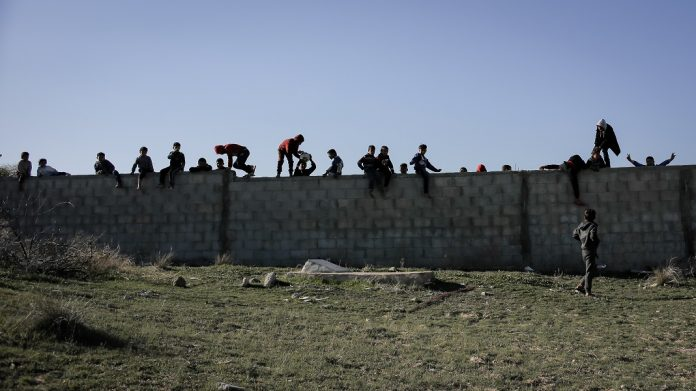 palesztin gyerekek betonkeretes Han Junisz Gazai ovezet Palesztina Khan Yunis