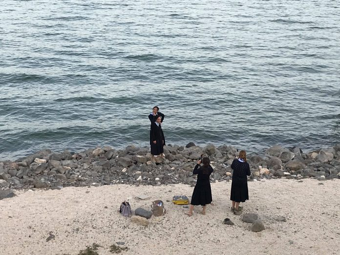 Vallásos lányok szelfiznek a Kinneretnél - fotó: izraelinfo