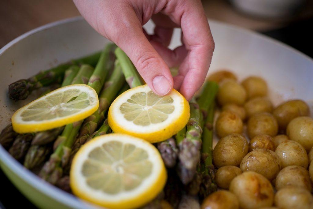 asparagus citromos kez krumpli
