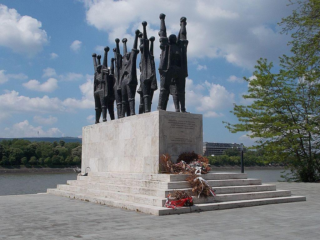 vizfogo magyar martir emlekmu budapest szobor duna