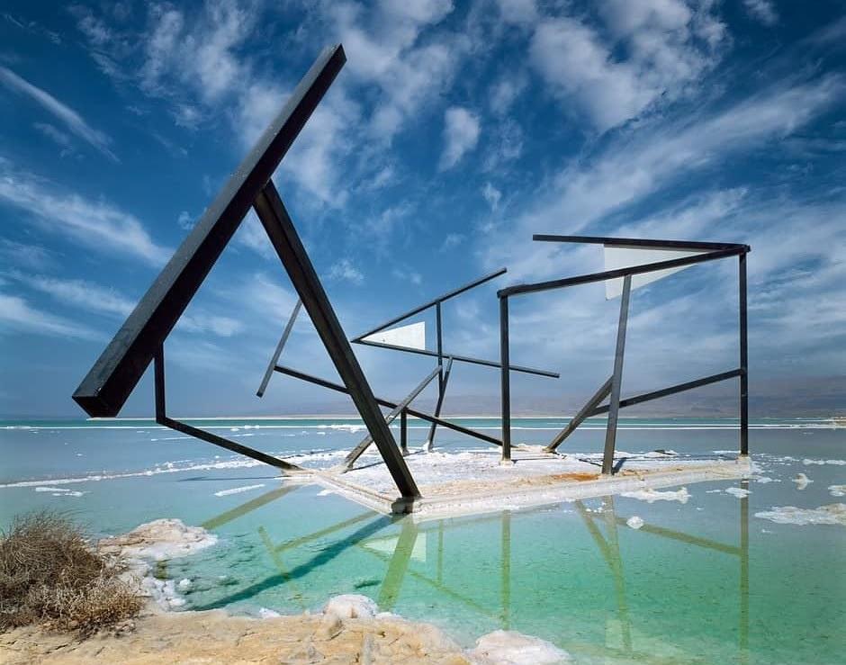Szobor a Holt-tenger partján, mely egy bizonyos szögből nézve egy négyzetet alkot - fotó: frankpeti / Izraelinfo