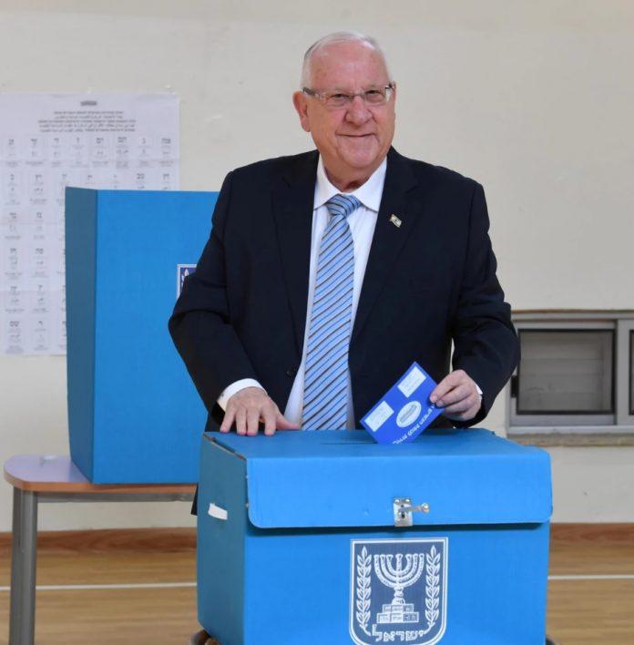 Reuven (Rubi) Rivlin izraeli elnök a szavazóhelyiségben ma reggel, Jeruzsálem - fotó: Mark Neiman / GPO