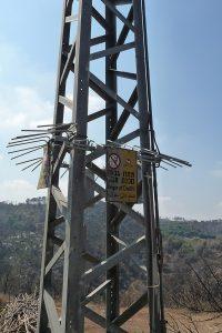 Gyerekeket védő tüskék az egyik áramoszlopon a karmel-hegyi erdőtűz után - fotó: Wikipedia