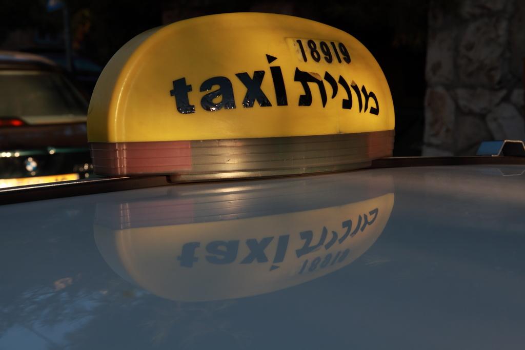 A taxisofőr 60 000 dollár készpénzt talált az ülésen, és visszaadta