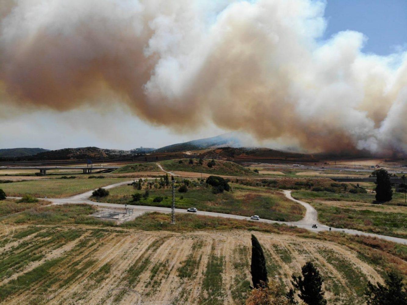 Nagy kiterjedésű erdőtűz tombolt a Karmel hegyen – Hírösszefoglaló